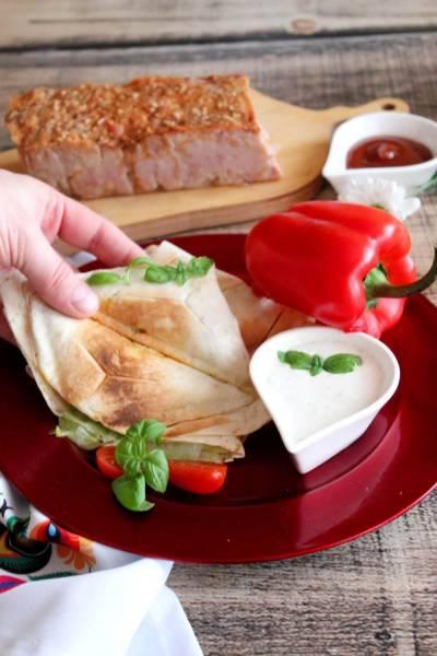 Nadziewane tortille a la tost z sosem czosnkowym