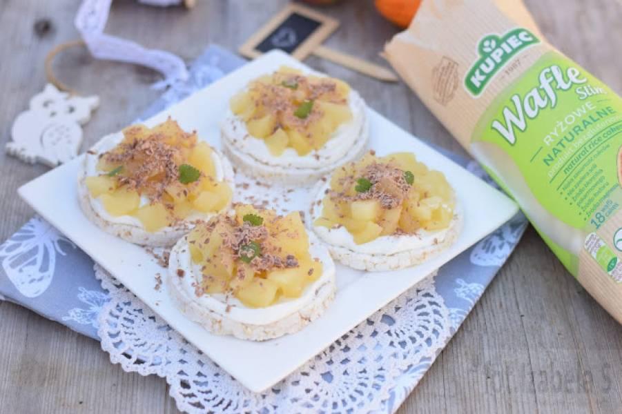 Wafle z prażonymi jabłkami i jogurtem skyr