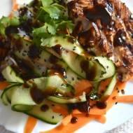 Makaron ryżowy z łososiem i warzywami