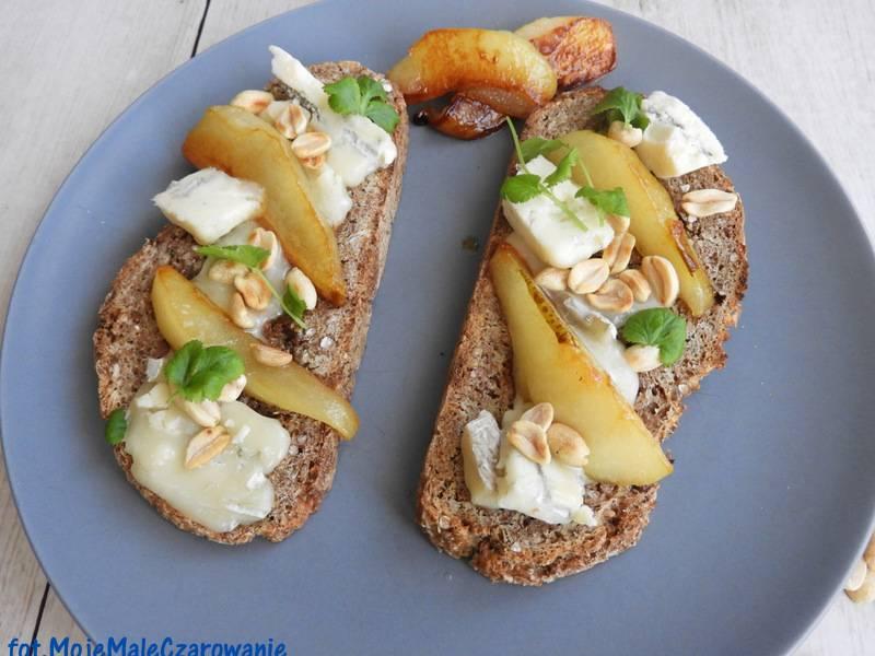 Grzanki z karmelizowaną gruszką, gorgonzolą i orzechami