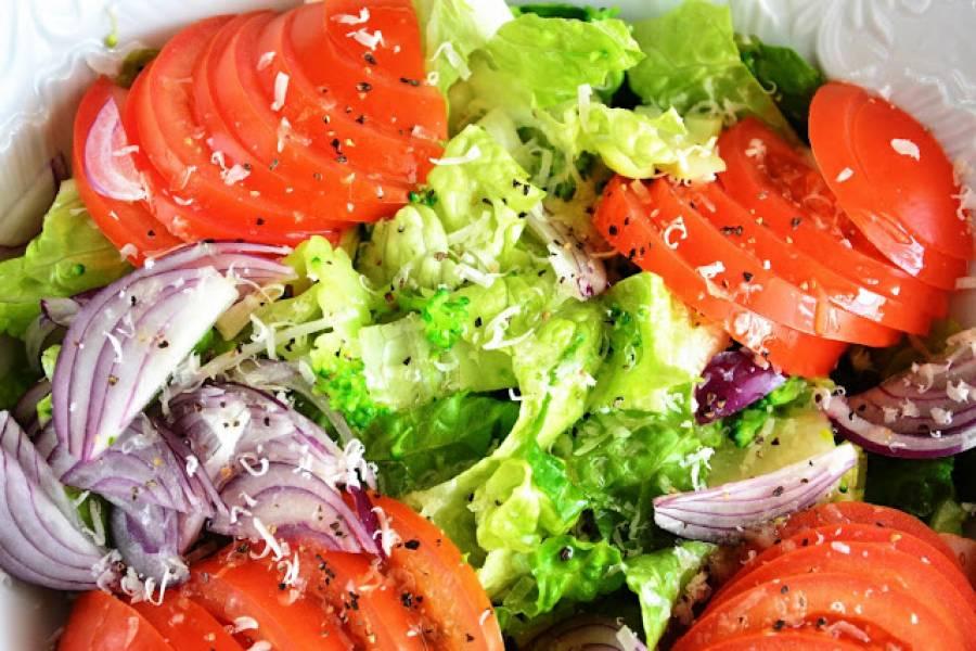 Sałatka pomidorowa z najbardziej niesamowitym sosem