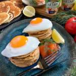 Wytrawny torcik pancakes z wędzonym łososiem