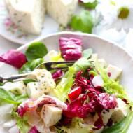 Sałatka z serem podpuszczkowym i słodkim sosem winegret