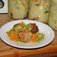 Smażone klopsiki z groszkiem i marchewką, danie do słoika na wyjazdy