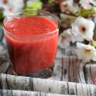 Świeżo wyciskany sok z selera naciowego, buraka, jabłka i marchewki