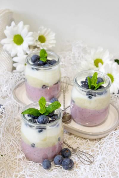 Owocowy pudding chia z warstwą pistacjową i borówkami