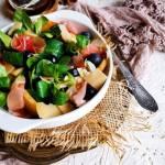 Sałatka z roszponki s szynką parmeńską, kaki i borówkami