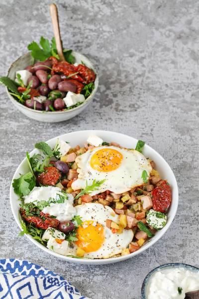 Jajka sadzone na obiad z warzywami i kiełbasą
