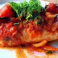 Dorsz w sosie pomidorowym z cebula.