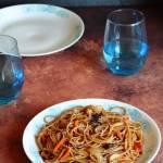 Smażony makaron z kurczakiem po chińsku