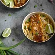 Pad thai z warzywami i łososiem.