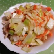 Surówka z pora, marchwi i jabłka z olejem lnianym