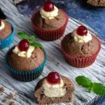 Muffinki kakaowe z kremem z białej czekolady