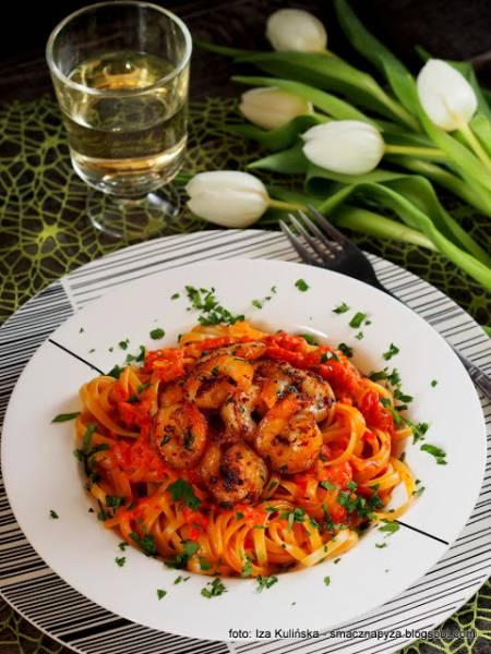 Makaron z sosem paprykowo pomidorowym i krewetkami