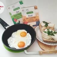 Jaja sadzone z serami dojrzewającymi kozimi, kiszoną kapustą i bułką ziarnistą