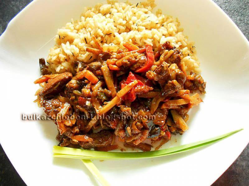 Pierś kurczaka w pikantnej marynacie z ryżem i warzywami po chińsku
