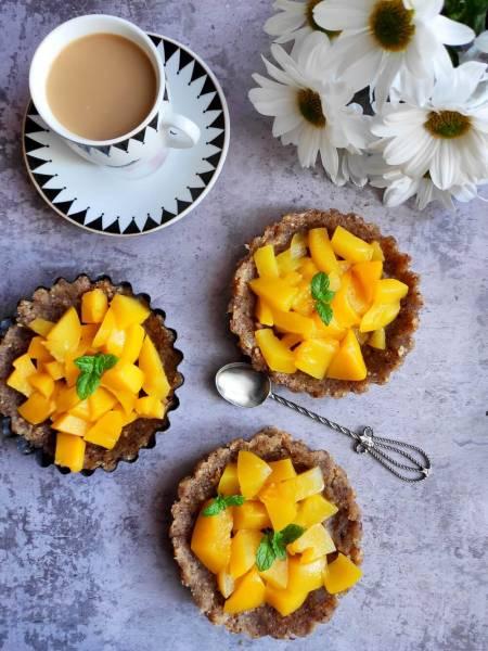 Orzechowe tartaletki z brzoskwiniami – deser bez pieczenia