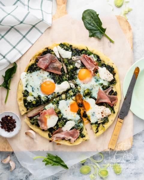 Wiosenna pizza z patelni ze szpinakiem, jajkami, szynką i serem Burrata