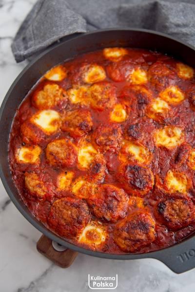Klopsiki zapiekane w sosie pomidorowym z serem. PRZEPIS