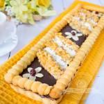 Mazurek czekoladowo-kajmakowy z orzechami w miodzie