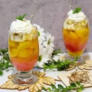 Kolorowy deser z truskawkową pianką, galaretką i owocami