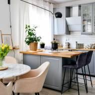Oświetlenie wyspy kuchennej i stołu. Wnętrze, kuchnia w stylu skandynawskim.