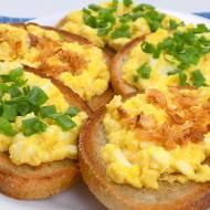 Tosty z patelni z jajecznicą i serem feta