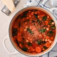 Śródziemnomorska zupa z ciecierzycą i szpinakiem
