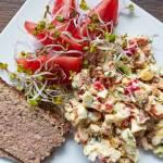 Szybka sałatka śniadaniowa z jajkiem i kabanosami