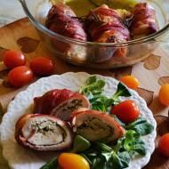 Drobiowe roladki nadziane pesto bazyliowym i owinięte w szynkę serrano.
