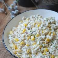 Sałatka z ryżem, tuńczykiem, kukurydzą i jajkami
