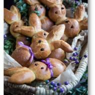 Wielkanocne drożdżowe zajączki, orkiszowe bułeczki z syropem klonowym