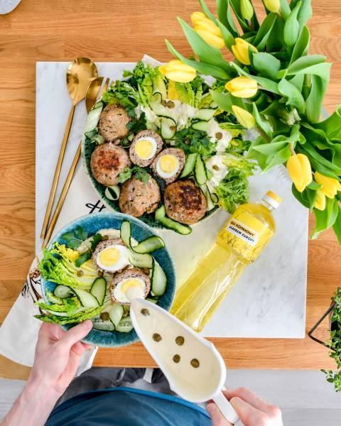 Wielkanocny obiad - pyszne kotlety mięsne nadziewane jajkami. Sos chrzanowo - kaparowy.