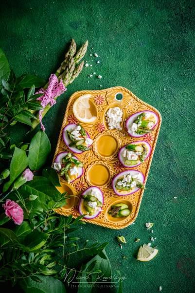 Różowe jajka ze szparagami i fetą
