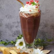 Domowa gorąca czekolada z nutą wanilii i bitą śmietaną