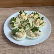 Jajka faszerowane szynką i groszkiem z chrzanem