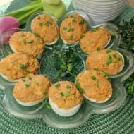 Jajka faszerowane makrelą w sosie pomidorowym