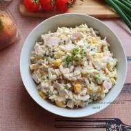 Sałatka z makaronem ryżowym, porem i szynką