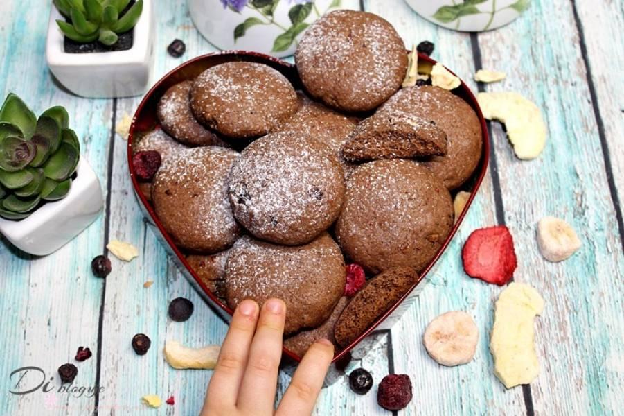 Ciastka z kakao i liofilizowanymi owocami