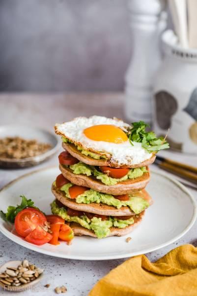 Wytrawne pancakes z jajkiem i awokado