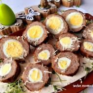 Gniazdka z białej kiełbasy z jajkiem i chrzanem