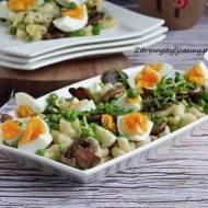Sałatka z makaronem i jajkiem.