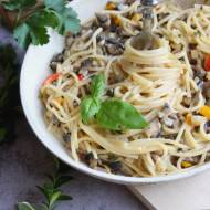 Spaghetti w śmietanowym sosie z papryką i pieczarkami