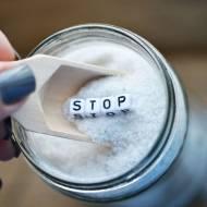 Nadmiar soli w diecie i jej przedawkowanie – sygnały, które wysyła organizm, świadczące o nadmiarze