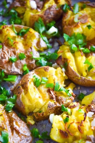 Pieczone miażdżone młode ziemniaki