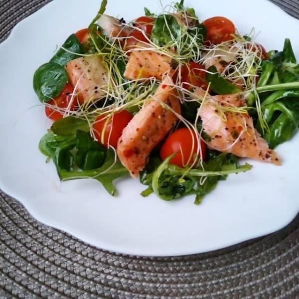 Sałatka z pieczonym łososiem i pomidorem