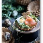 Tymiankowe tartaletki z awokado, przepiórczym jajem i łososiem