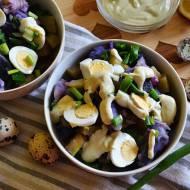 Sałatka z fioletowych ziemniaków i jajek przepiórczych.