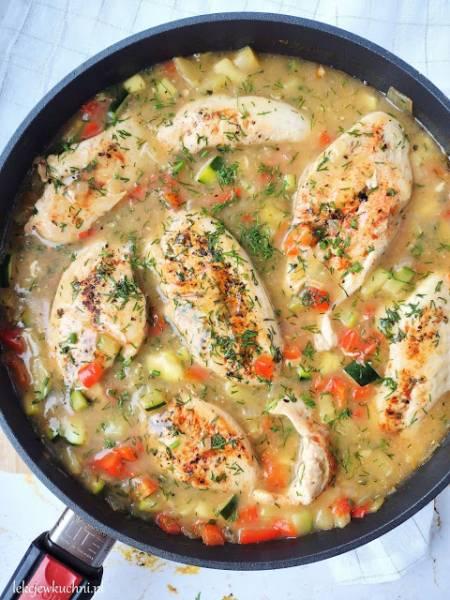 Pierś z kurczaka w sosie koperkowym z cukinią i papryką