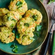 Kotleciki jaglane z brokułami i marchewką